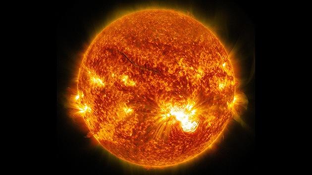 Una enorme mancha solar del tamaño de Júpiter genera inquietantes llamaradas