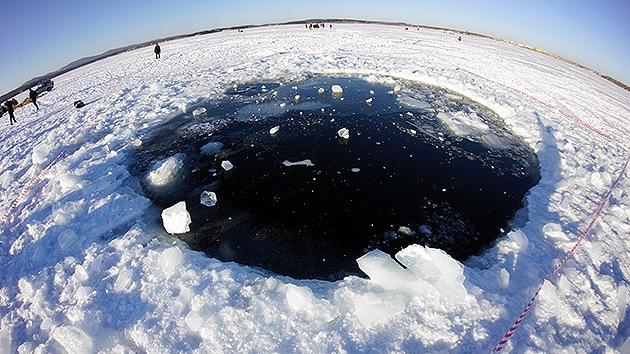 Foto: Buzos extraen del lago Chebarkul un fragmento del meteorito de Cheliábinsk