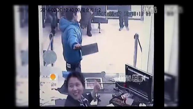 La cajera de un banco se ríe de un atracador que lleva un cuchillo de carnicero