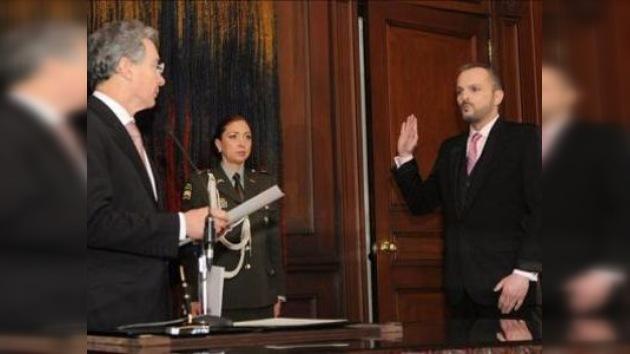 Miguel Bosé recibe la ciudadanía colombiana de manos de Álvaro Uribe