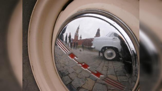 En Moscú se inaugura carrera de autos antiguos
