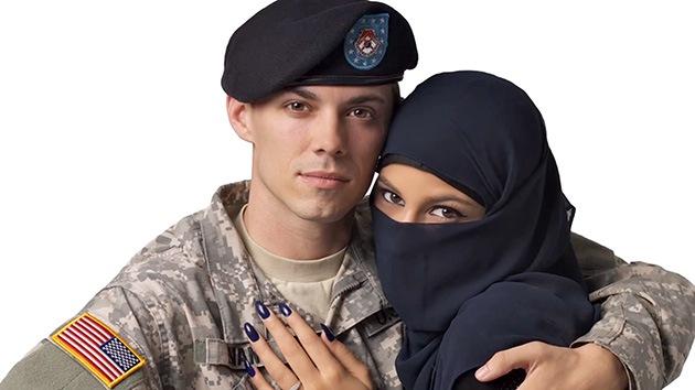 Rechazan una publicidad con un soldado de EE.UU. abrazando a una musulmana con velo