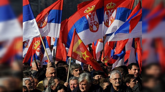 Miles de personas exigieron comicios anticipados en el centro de Belgrado
