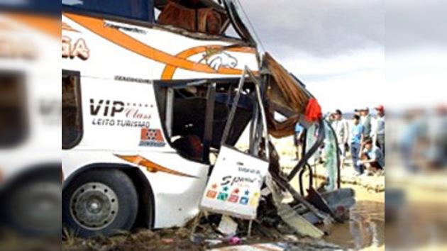 Al menos ocho muertos en un choque entre un autobús y un camión en Bolivia