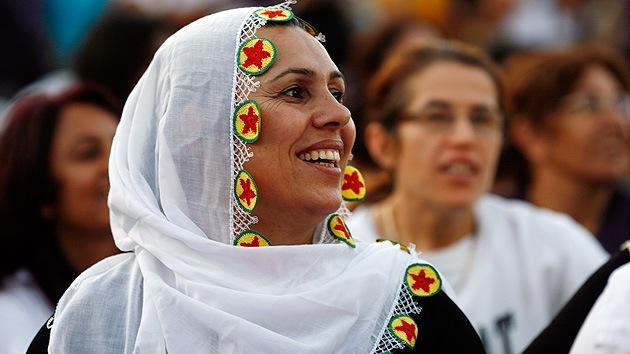 """Viceprimer ministro turco: """"Las mujeres no deberían reírse en público"""""""