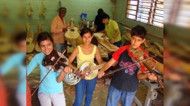La música no huele: un grupo paraguayo toca en Madrid instrumentos reciclados de la basura