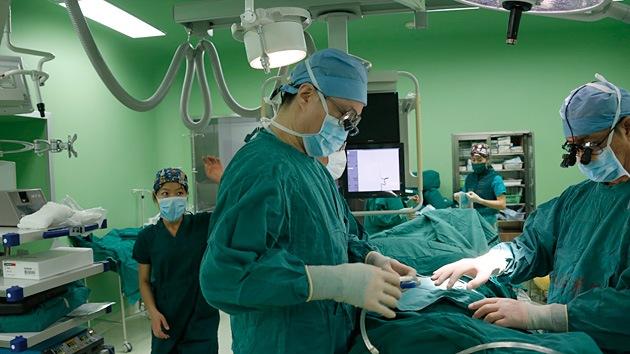 China contrata 'ángeles de la guarda' para proteger a los médicos de los pacientes