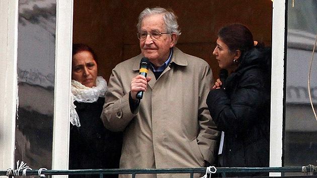 """Noam Chomsky a RT: """"El mundo está cerca de una guerra nuclear"""""""
