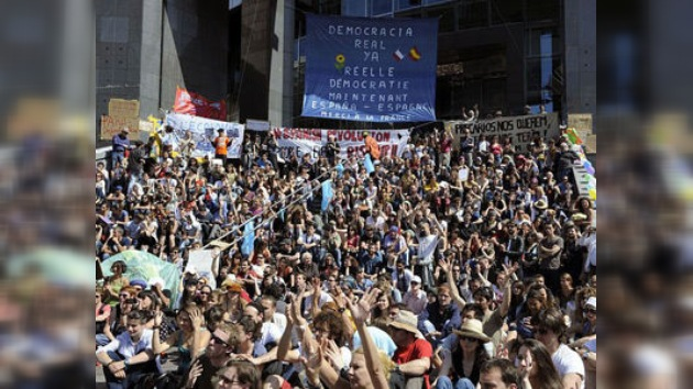 """Gas lacrimógeno en París mientras solidaridad con los """"indignados"""" aumenta en Europa"""
