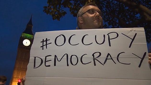 Video, fotos: #OccupyDemocracy vuelve a la Plaza del Parlamento en Londres