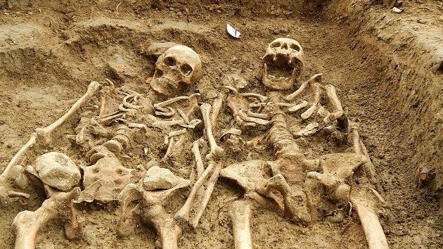 Hallan en Reino Unido dos esqueletos tomados de la mano durante 700 años