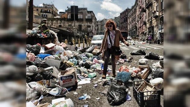 Nápoles se ahoga entre la basura y los desperdicios incendiados