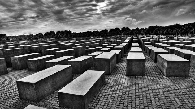 Video: Alemanes orinan sobre el monumento al Holocausto en Berlín en Noche Vieja