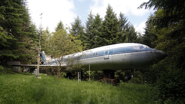 Video, fotos: Un hombre convierte un Boeing 727 en su hogar en pleno bosque