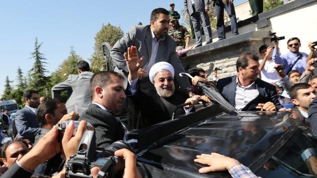 Lanzan huevos y zapatos al presidente iraní Rohaní por su acercamiento a Occidente