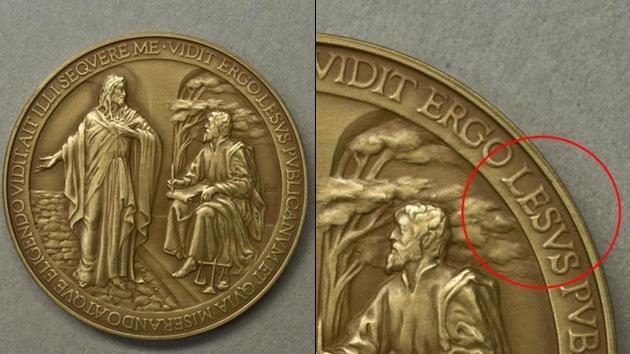 ¿En el nombre de 'Lesus'?: El Vaticano la lía con un error ortográfico en medallas del papa