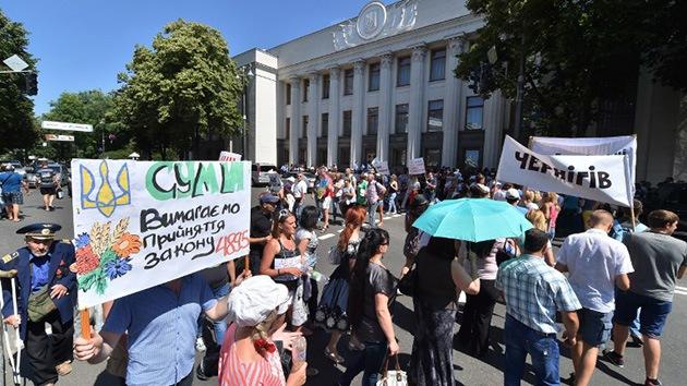 Disparos, gases lacrimógenos y choques cerca del Parlamento ucraniano