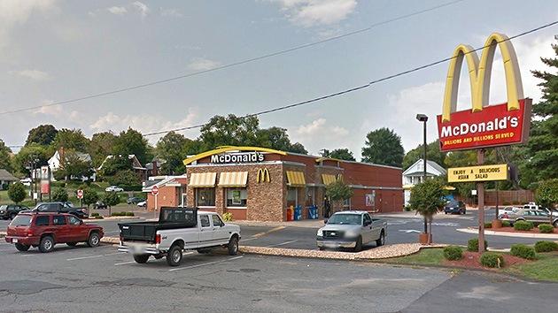 """Expulsan a una pareja de ancianos de McDonald's para """"fregar el piso"""""""