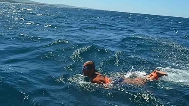 Una estudiante atraviesa a nado los Dardanelos atada de pies y manos