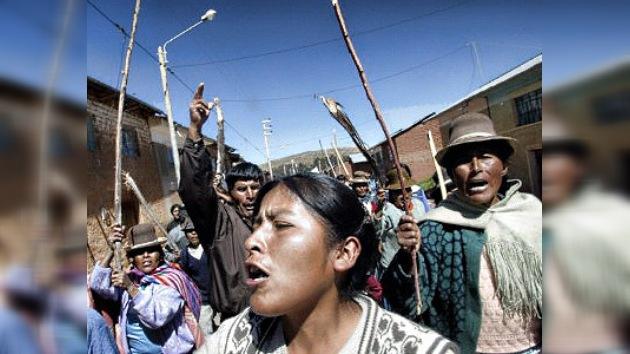 Indígenas peruanos cortan carreteras para acabar con la extracción minera extranjera