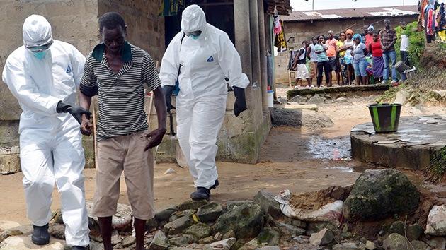 VIDEO: Médicos 'cazan' en un mercado a un infectado de ébola huido de la cuarentena
