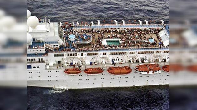 Un pesquero francés remolca al crucero Costa Allegra, a la deriva en el Océano Índico