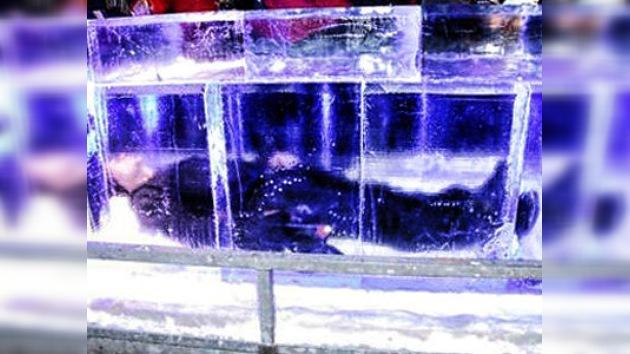 Un hombre permaneció durante 24 horas tumbado en un bloque de hielo