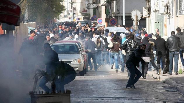 Policía de Túnez dispersa a manifestantes con gases lacrimógenos