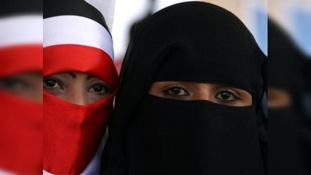 Mujeres yemeníes queman sus velos ante la represión