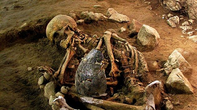 Hallan en una cueva de España restos humanos del Neolítico en posición fetal