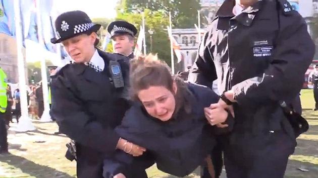 Video: La Policía británica dispersa la protesta de #OccupyDemocracy