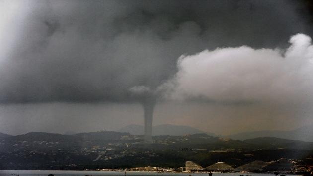 Video: Impactantes imágenes de un tornado en el sur de Francia