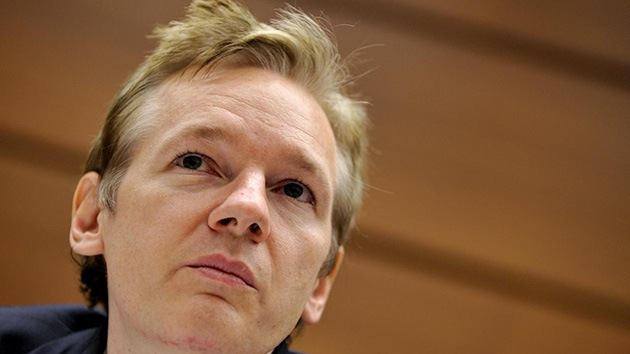 """Assange a los jóvenes 'hackers': """"No se dejen intimidar"""""""