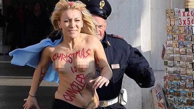 Fotos: Una activista de Femen se desnuda en la plaza de San Pedro a favor del aborto
