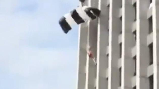 Video: Una paracaidista esquiva la muerte tras saltar desde el hotel más alto de Europa