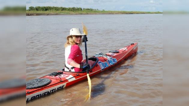 Una mujer recorre a solas el río Amazonas en kayak