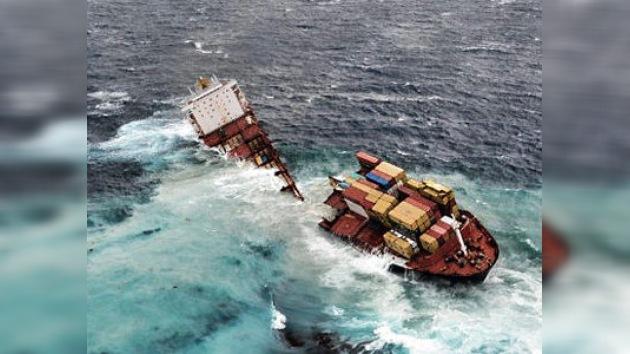 El buque Rena se parte en dos y amenaza con verter más crudo al mar