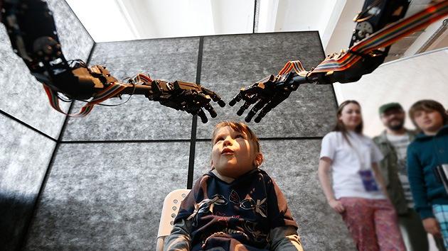 Video: Desarrollan brazos robóticos para que nos 'echen una mano' extra