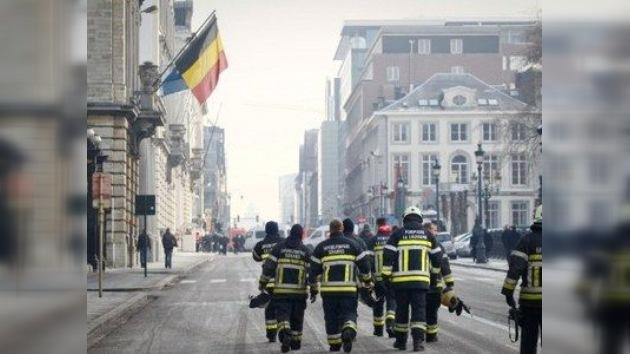 Las protestas de los bomberos belgas llenan las calles de agua y espuma