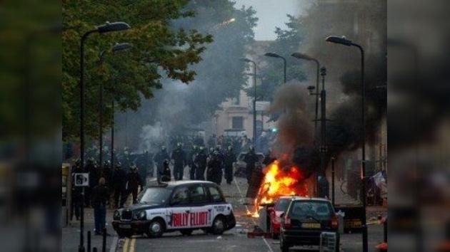 El tercer día de 'anarquía' en Londres: la Policía inculpa a Twitter