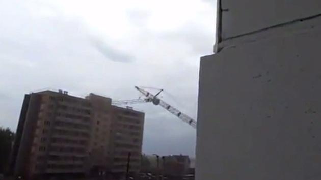 Video: Una grúa cae causando destrozos en un edificio de nueve plantas en Rusia