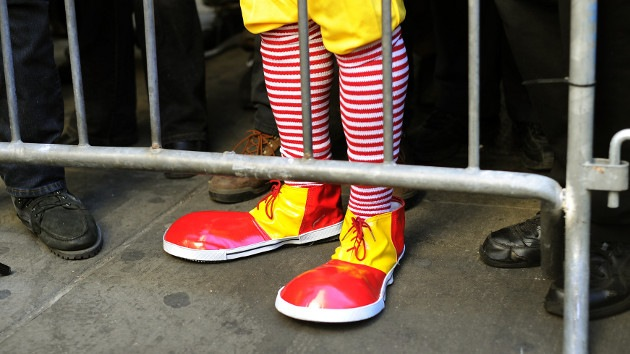 Exigen reducir la paga del director de McDonald's o subir la de los trabajadores