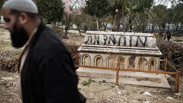 Profanan tumbas musulmanas en un cementerio de Jerusalén