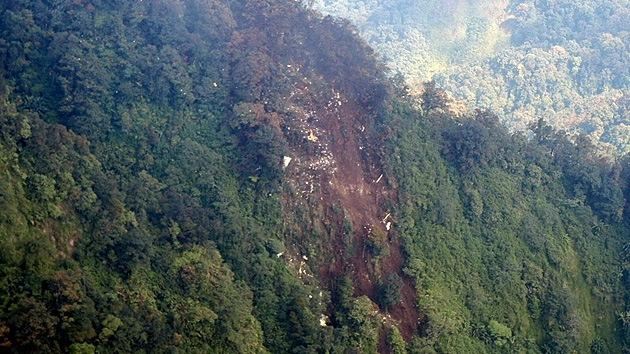 Encuentran restos de pasajeros del avión ruso estrellado en Indonesia