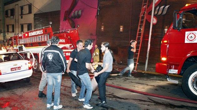 Brasil, de luto por los 235 muertos en el incendio de una discoteca