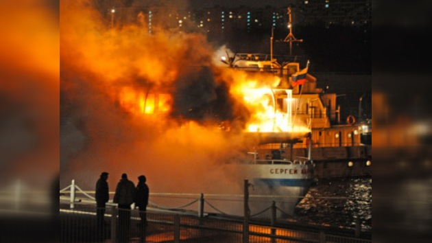 Un ferry-hotel arde en un puerto fluvial de Moscú