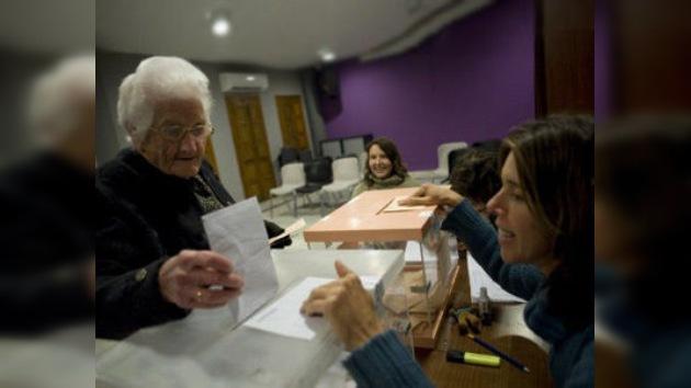 España vota pensando en la crisis y en el cambio