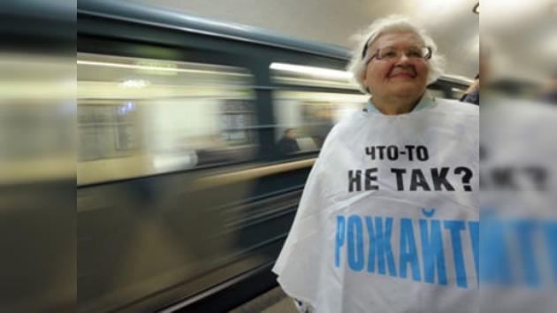 Jubilados moscovitas organizan un ´flashmob´ en el metro para mejorar la demografía