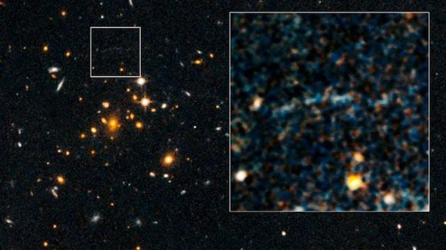 Descubren un misterioso arco de luz detrás de un distante cúmulo de galaxias