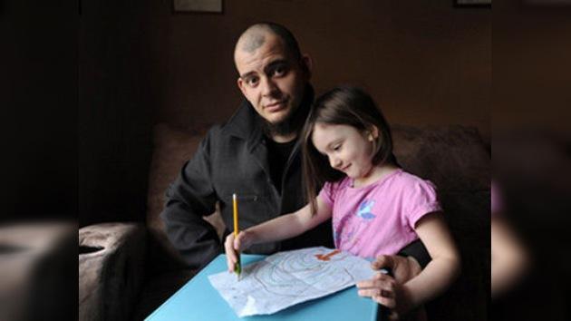 Arrestado a punta de lápiz: detienen a un hombre porque su hija lo retrató con una pistola